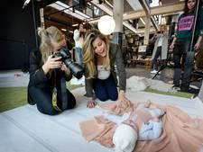 Twentse baby's showen nieuwe kledinglijn van Kim Kötter