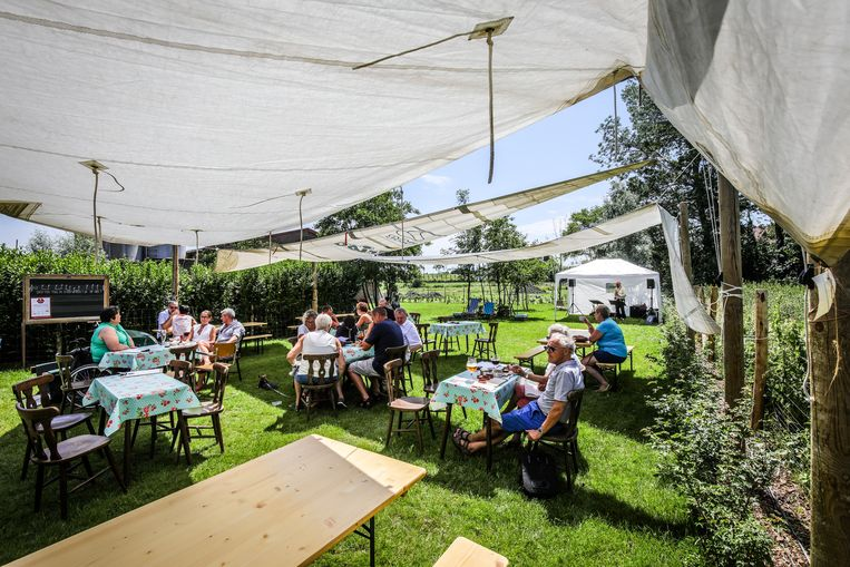 De tuin van 't Spaans Tolhuis is gezellig ingericht en nodigt uit voor een drankje en een hapje.