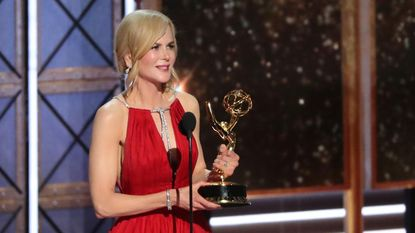 Nicole Kidman heeft enkele erg vreemde dingen gedaan op Emmy's en Twitter keek met open mond toe