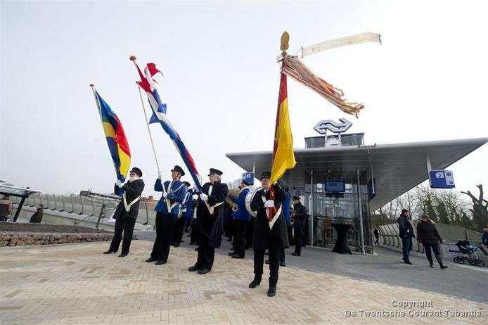 Uiteraard was er muziek en vlagvertoon bij de opening. (Foto Lenneke Lingmont)