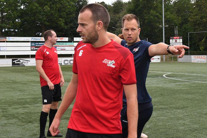 JVC-coach Dennis Straatman gebaart op de training, met op de voorgrond Stan Broenland.