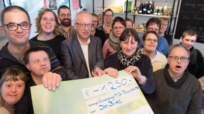 Vriendenkring Marnic De Meulemeester schenkt 1.250 euro aan 'Den Burg' van Heuvelheem
