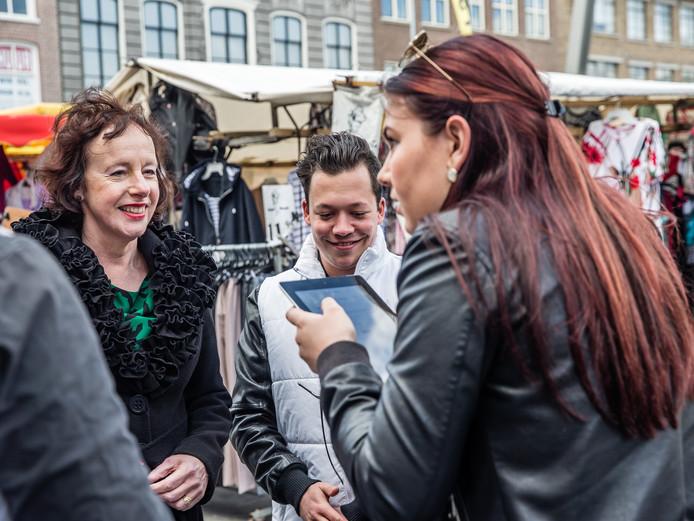 Wethouder Loes Meeuwisse (links) op de Grote Markt in Goes. Door allerlei gegevens met elkaar te combineren, krijgen de vier grote Zeeuwse gemeenten inzicht in de prestaties van hun winkelgebieden.
