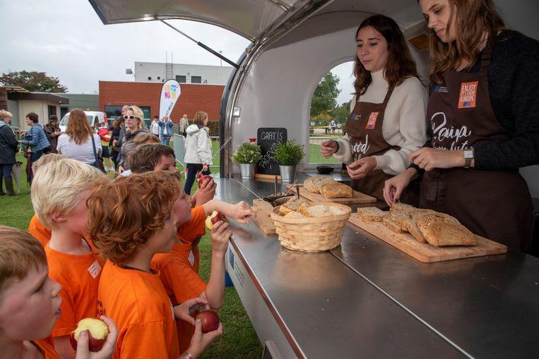 Een foodtruck met brood kwam promotie maken voor gezond brood op de scholenveldloop in Melle.