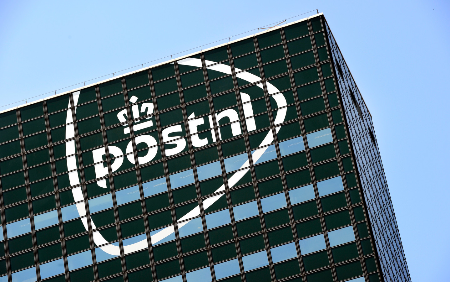 Het hoofdkantoor van PostNL in Den Haag