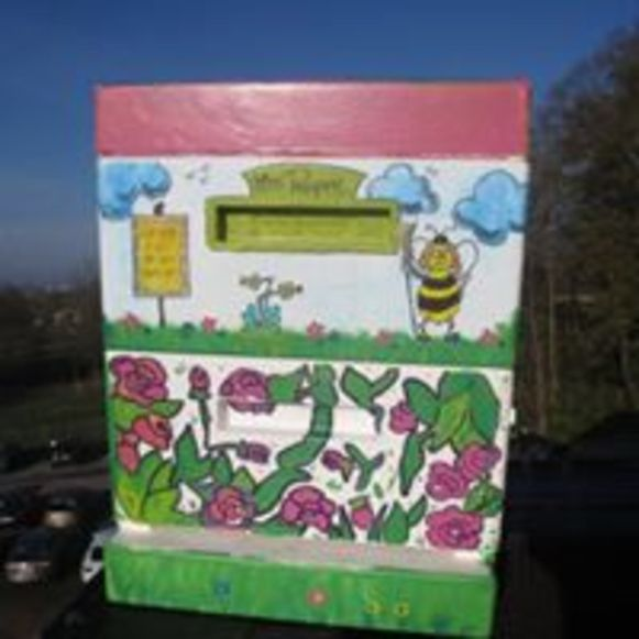 De kleurrijk geschilderde bijenkast uit Grobbendonk