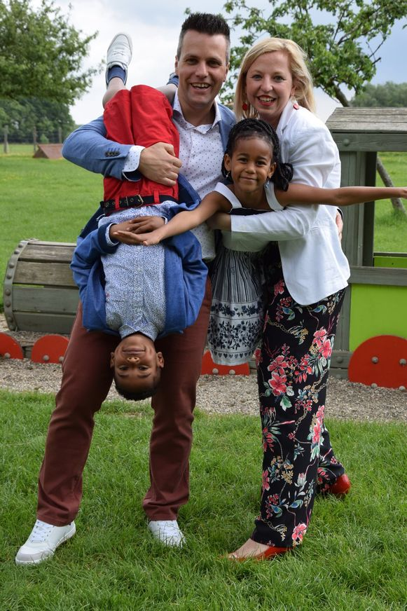 Vincent en Kim met hun twee kinderen.