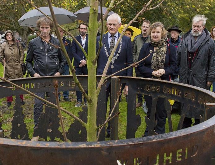 De zaailing van de Anne Frankboom is geplant in de Plantage.