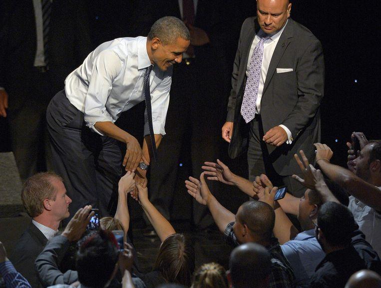 Obama schudt in het Nokia Theater in Los Angeles de handen van toeschouwers. Beeld ap