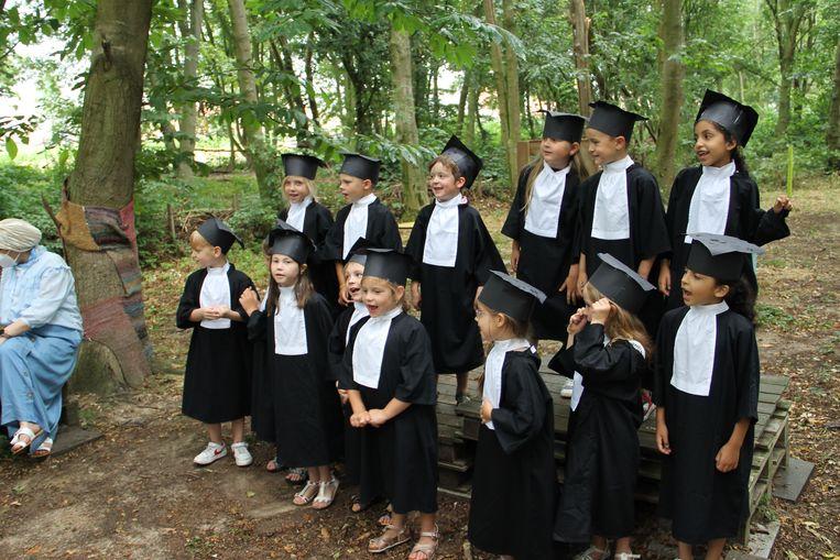 De kinderen van de derde kleuterklas 'studeerden af' in Amerikaanse stijl, met toga's en zelfgemaakte hoeden.