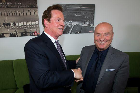 Paul Gheysens schudt de hand van Luciano D'Onofrio, de nieuwe sportief directeur bij Antwerp.
