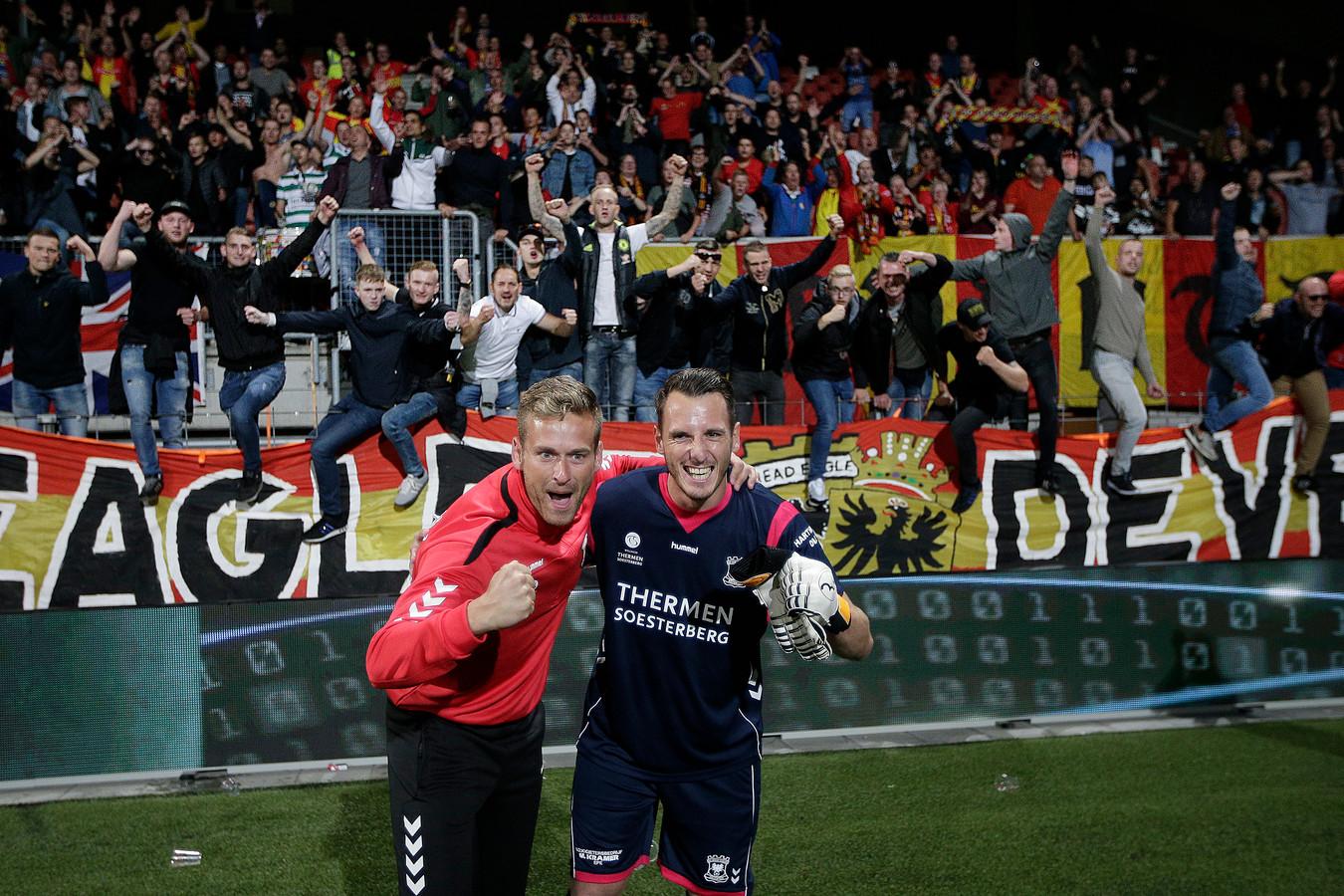 Go Ahead Eagles-uitblinker Hobie verhulst (r) viert na de winst op MVV zijn feestje met keeperstrainer Sjoerd Woudenberg.