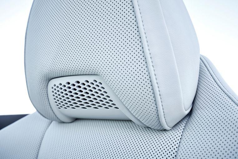 Uit de hoofdsteunen kan warme lucht langs de nek worden geblazen. Lekker als je op kille dagen toch open wilt rijden. Beeld