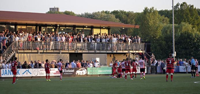 Een sfeerbeeld van een wedstrijd tussen de amateurs van VOC en Sparta. Amateurclubs kunnen voorlopig alleen maar dromen van voetbal en goedgevulde kantines.
