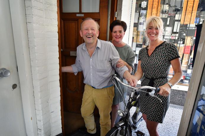 Enschede - Irma Strootman en Veronique Sauerwald zijn een nieuwe mantelzorg organisatie gestart. Ze staan op de foto met de heer Arnold Wegkamp aan wie ze mantelzorg verlenen. editie alle            Foto Carlo ter Ellen DTCT  CTE20180508