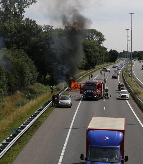 File op A73 door brandende auto bij Cuijk