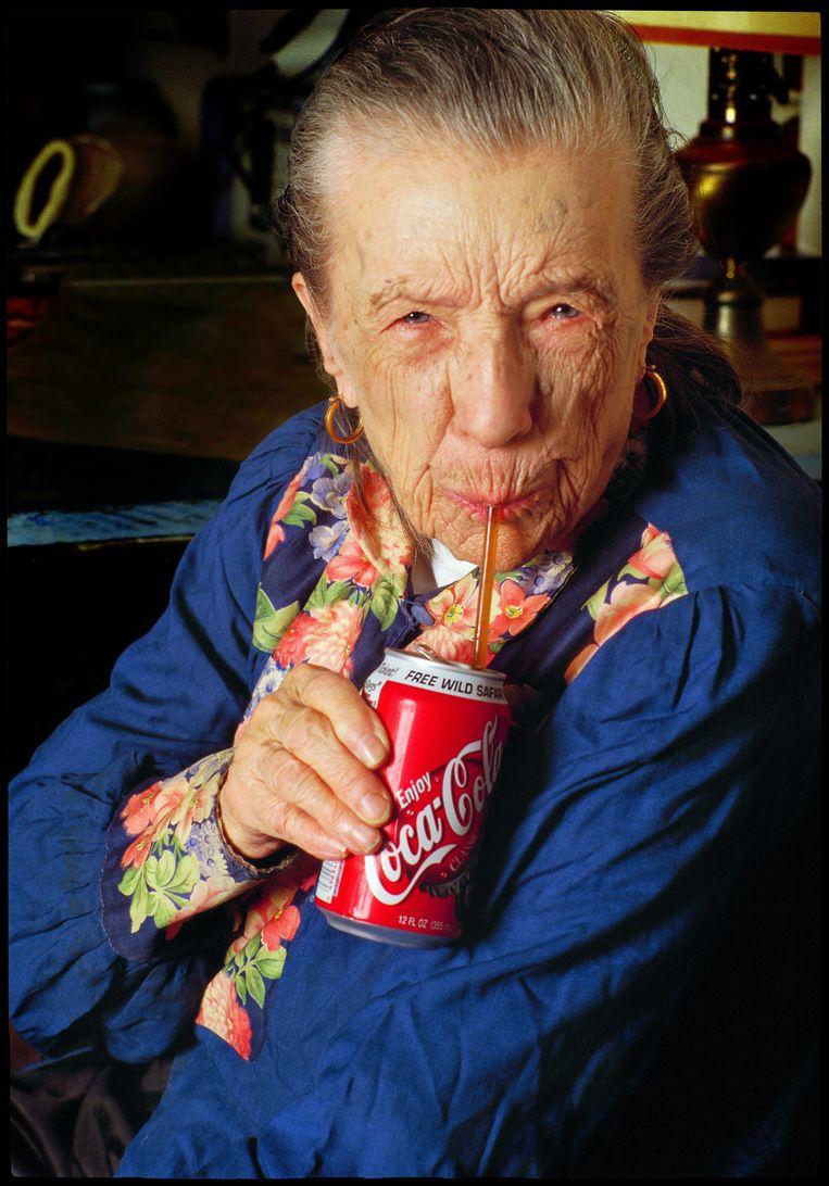 Louise Bourgeois drinkt cola. Beeld Herlinde Koelbl / Agentur Focus / Hollandse Hoogte