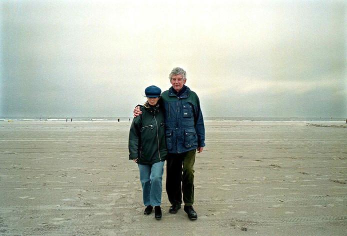 Wim en Rita Kok op het strand van IJmuiden, in 2001.