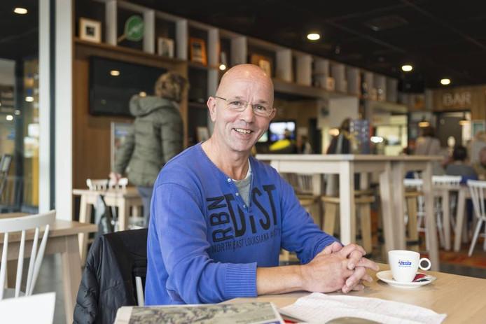 ZierikNieuws-oprichter Martin Glerum in zijn 'kantoor': de kantine van de sportschool, waar hij de PZC altijd leest.