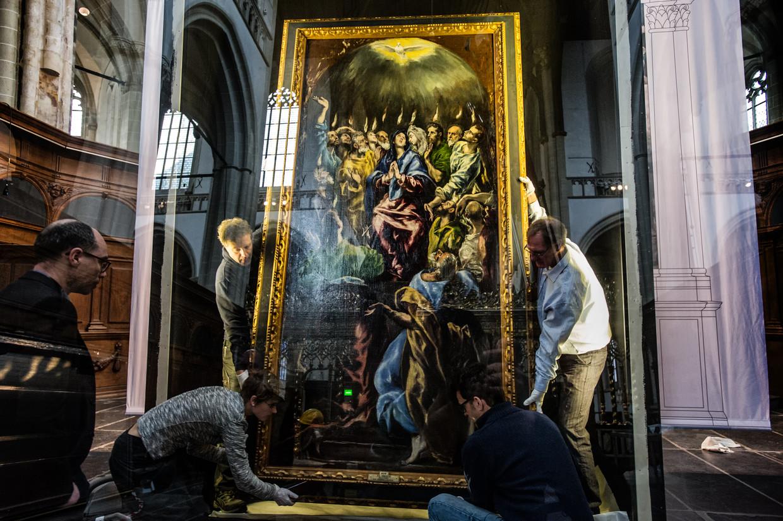 De installatie van het beroemde pinksterschilderij Pentecostés van El Greco in 2017 in de Amsterdamse Nieuwe Kerk. Beeld Hollandse Hoogte / Novum RegioFo