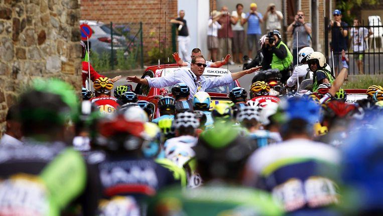 Tourdirecteur Christian Prudhomme (midden) houdt de wielrenners tegen. Beeld epa