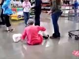 Vrouw gaat op de grond zitten omdat ze geen mondkapje wil dragen