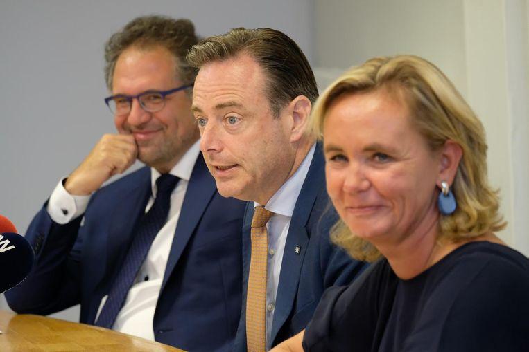 Lachende gezichten bij Kennis, De Wever en Homans. Ze hadden dan ook goed nieuws te melden.