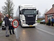 'Verwijder verkeersremmers en zet er een flitspaal voor terug in Boerenhol'