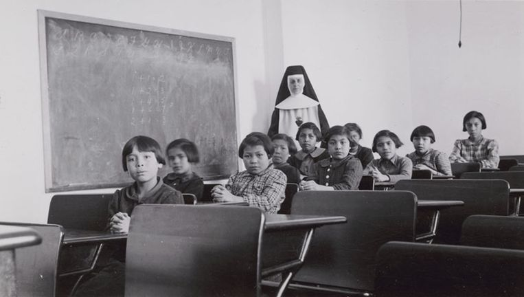 Een groep meisjes in een klaslokaal in de Lake Indian Residential School in Manitoba in februari 1940.