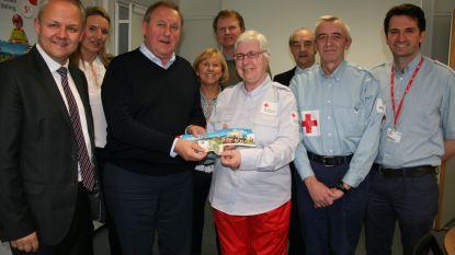 Schepencollege koopt eerste Rode Kruisstickers