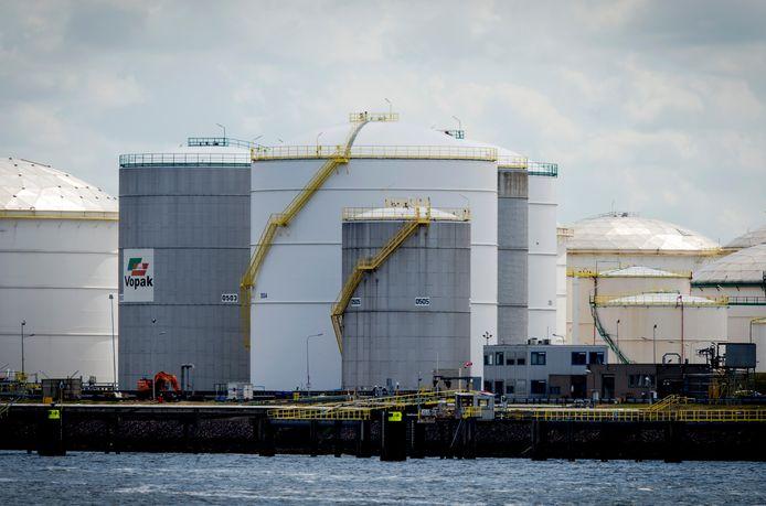 Een olieraffinaderij van Vopak in de Rotterdamse haven.