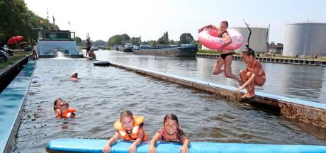 Frisse duik in de zwembadboot langs het Gorcums kanaal