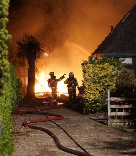 Grote blokhut bij Zutphen in vlammen op