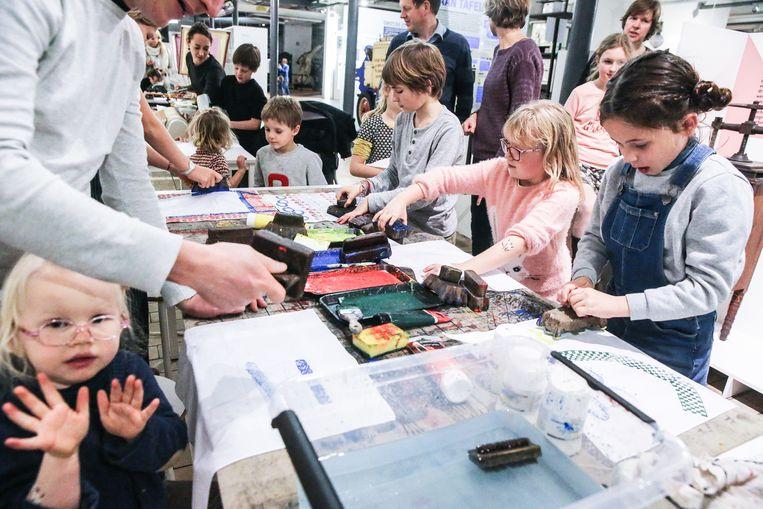 In het Industriemuseum gingen de kinderen aan de slag met verf en patronen.