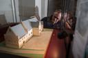 Stadsarcheoloog Michel Groothedde kijkt naar een maquette van het paleis. Dit paleis ligt verscholen onder het plein 's-Gravenhof in Zutphen en wordt als het aan Zutphen ligt weer zichtbaar.