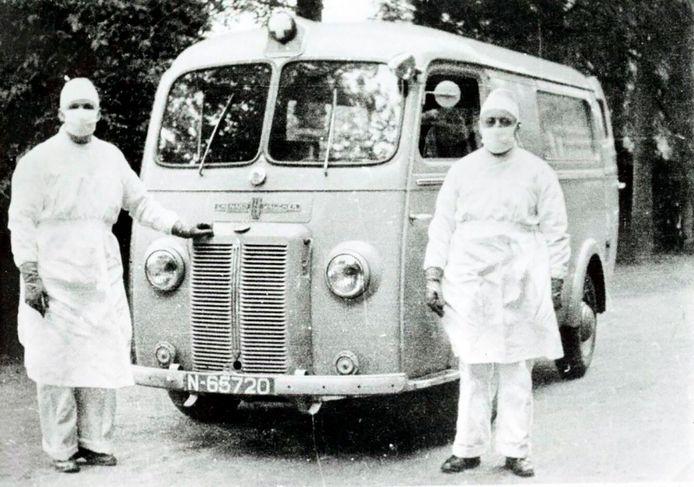 Een Chenard-Walcker ambulance van de Tilburgse GGD tijdens de pokkenepidemie van 1951. ( Regionaal Archief Tilburg)