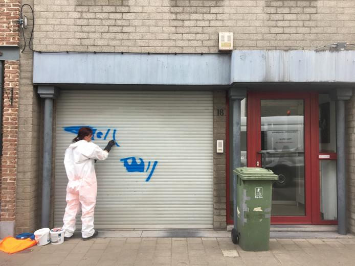 Clarisse van het Antwerpse graffititeam heeft haar handen vol met het verwijderen van de tags.