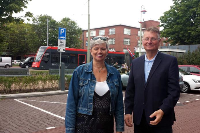 Vrijwilligers Kees Berenbak en Margreet de Jonge van Buurt Bestuurt hebben gestreden voor de komst van twee deelauto's in Laak. De krapte op straat is groot, stellen ze, zoals hier bij het Jonckbloetplein.