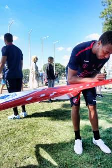 Eerste training FC Utrecht bestaat vooral uit handtekeningen uitdelen