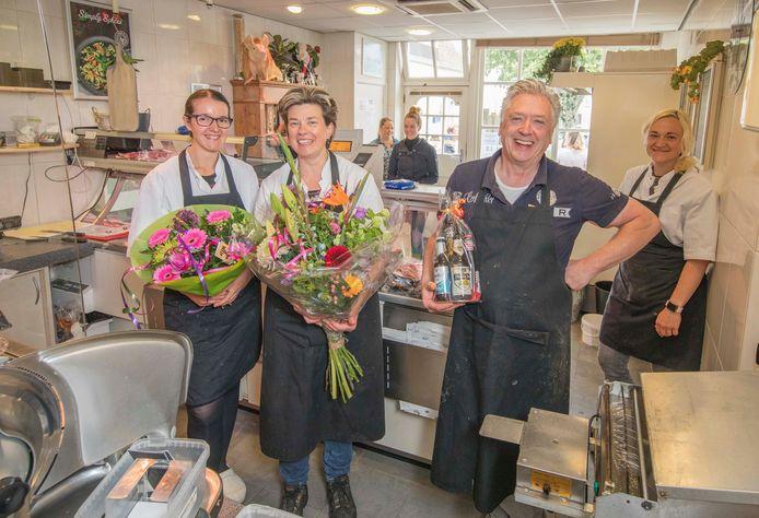 Na bijna dertig jaar stoppen Ko en Ellie Bevelander met hun slagerij in Poortvliet. Zaterdag was het familiebedrijf voor het laatst open. Vlnr: personeelslid Corina de Hond, Ellie, Ko en Miriam Bevelander.
