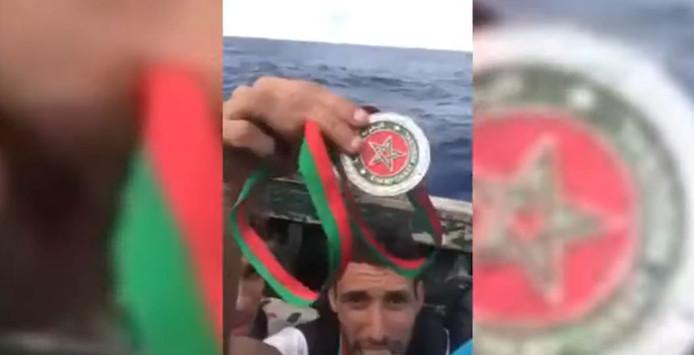 Anouar Boukharsa jette sa médaille en mer