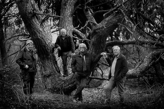 Van links naar rechts: Jachtopziener Wim Cozijnsen, pachter Jan van de Pol, fotograaf Brand Overeem en auteur Bert Paasman poseren gebroederlijk op landgoed Gerven in Putten.
