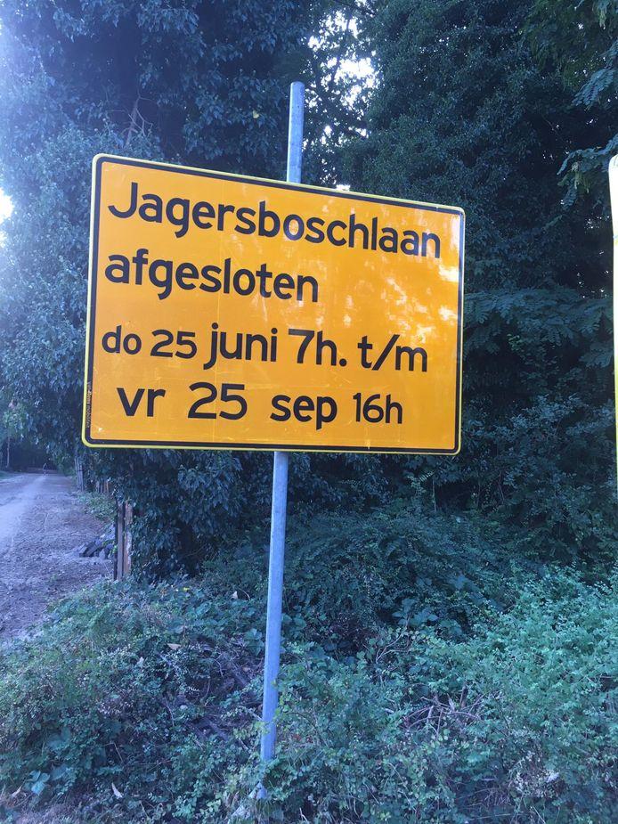 De gemeente Vught heeft de Jagersboschlaan voorlopig afgesloten, maar mag nog niet beginnen met de verharding.
