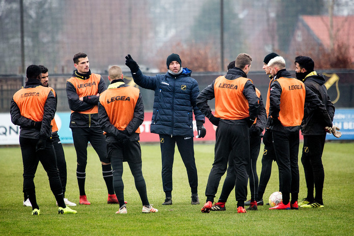 Mitchell van der Gaag spreekt zijn spelers toe. Foto: Arie Kievit