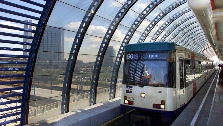 Een Metro van het Amsterdamse GVB, rijdt station Sloterdijk binnen. Foto ANP Beeld