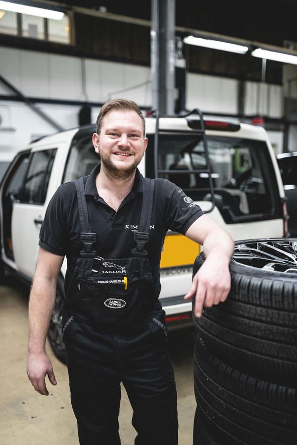 Autotechnicus René begon op zijn zestiende met het uit elkaar halen van scooters.