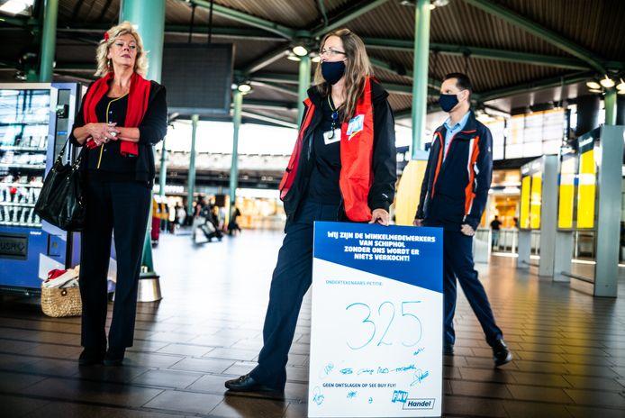 Winkelmedewerkers van Schiphol komen in actie tegen het plan van de directie om banen te schrappen. Ze willen hun baan houden en in overleg over de arbeidsvoorwaarden. Van de 280 werknemers van de belastingvrije zone dreigen er tientallen te worden ontslagen (2 september 2020).