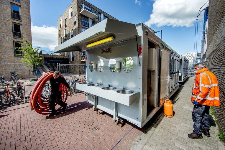 Studentencomplex in de Kees Broekmanstraat in Oost, waar de bewoners buiten in cabines moeten douchen, omdat de warmwatervoorziening kapot is. Beeld Jean-Pierre Jans