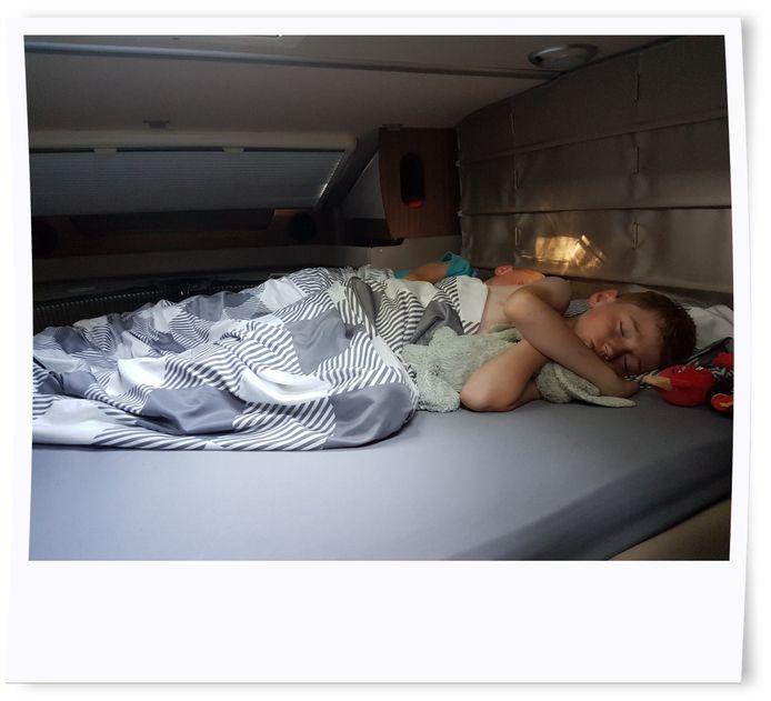 Het eerste nachtje voor onze zonen is superspannend en het duurt even voor ze de slaap vatten.