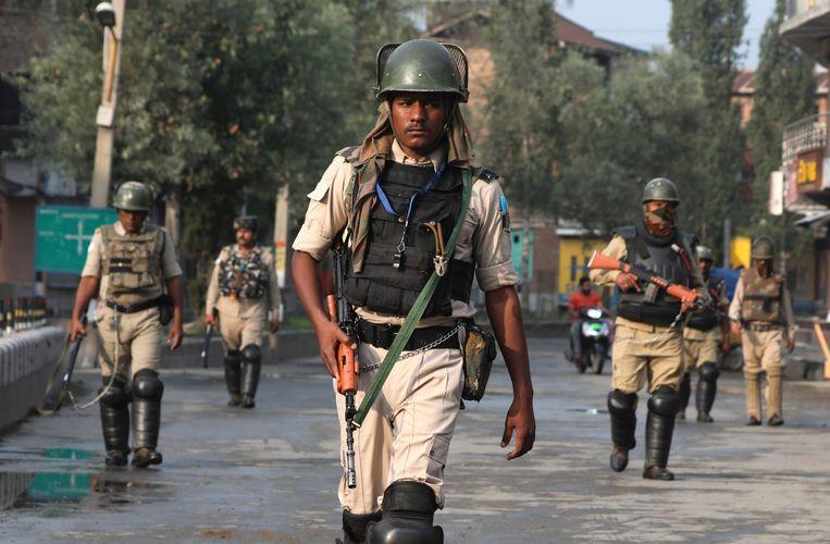 Paramilitairen patrouilleren woensdag in Srinagar, de zomerhoofdstad van de Indiase deelstaat Jammu en Kashmir. Beeld Foto EPA